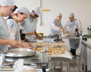 Empacotadora,Auxiliar de Cozinha -R$ 1.244,45 -Empacotar as compras dos clientes, trabalhar em equipe - Rio de Janeiro