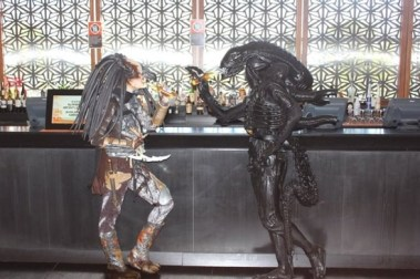 Alien and Predator hanging out