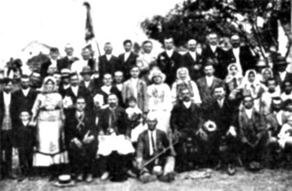 Nunta românească la Toracu Mare. Ion Durăin în mijloc, jos cu vioara.