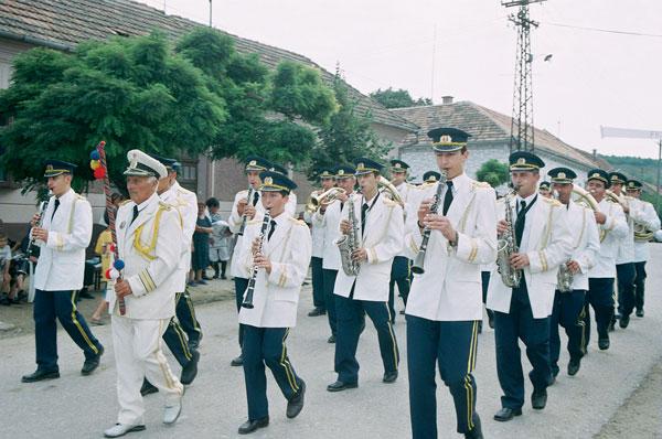 Defilarea fanfarei din Coștei, în fruntea fanfarei este dirijorul Ion Rotariu-Cordân