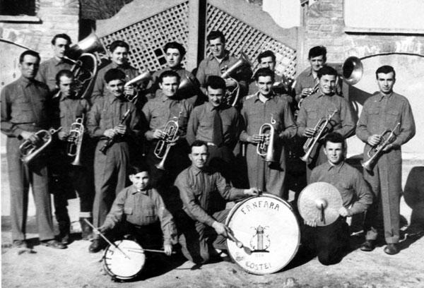 Fanfara în fața școlii vechi din Coștei, anii `60 ai secolului trecut