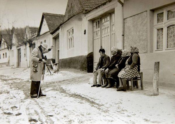 Fotograf ambulant la Mesici, februarie 1977