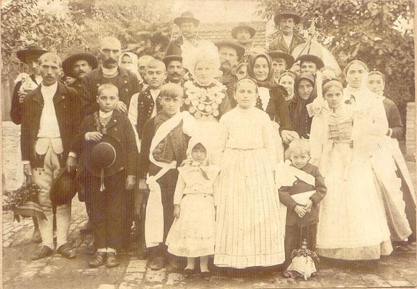 Nunta în familia Bogdan – Vărăgeanu în anul 1900. În spate vestitul lăutar Iosa și fiul său Pătru – Tuțu