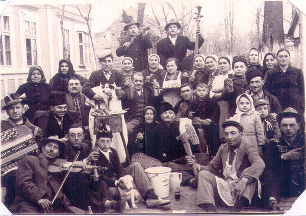 """Bucătarii, """"căsapii"""", """"rădușele"""" și """"goșcii"""" la nunta mirilor Veronica și Vițu Ardelean, anul 1957"""