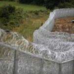 Imigranţii ocolesc gardul metalic pe la frontiera Ungariei cu Serbia şi România
