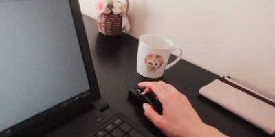 パソコンで仕事中。