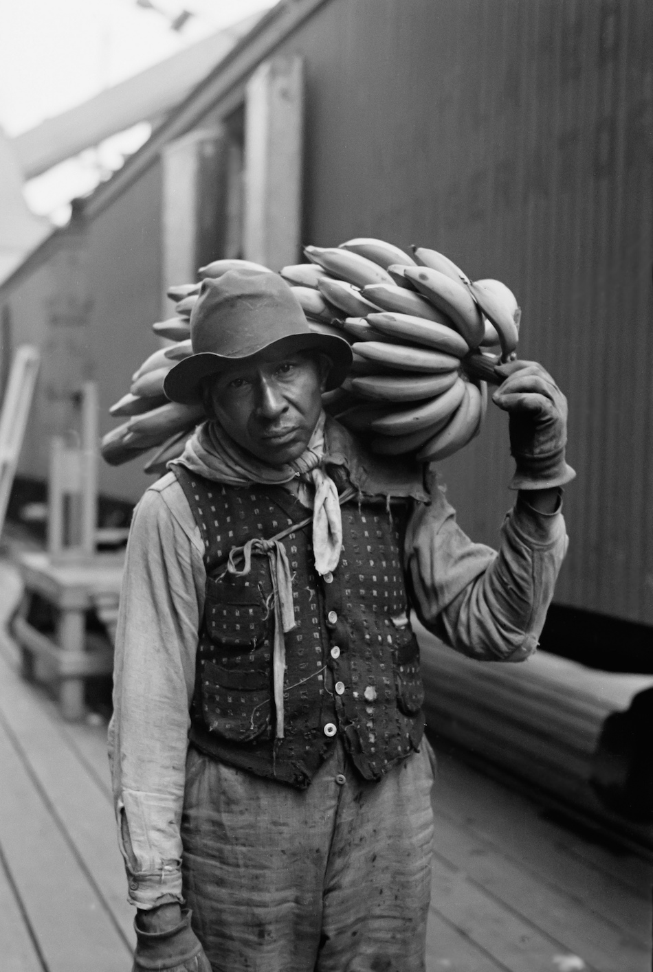 A worker offloading bananas in Mobile, Alabama in 1937. Photo Credit: C. Thomas Anderson/ Flickr (CC By 2.0)