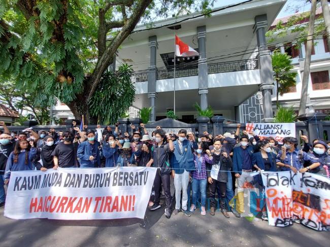 Aliansi Malang Bergerak Gelar Mimbar Bebas di Depan Gedung DPRD Kota Malang