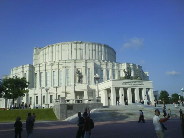 Bilde av den nyrestaurerte operaen og teateret i Minsk