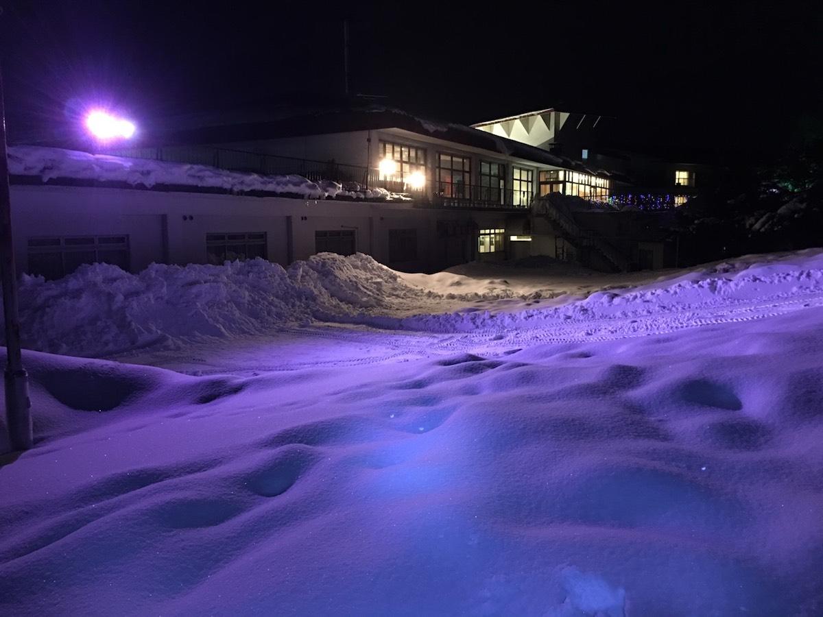 雪の景色ライトアップ紫色
