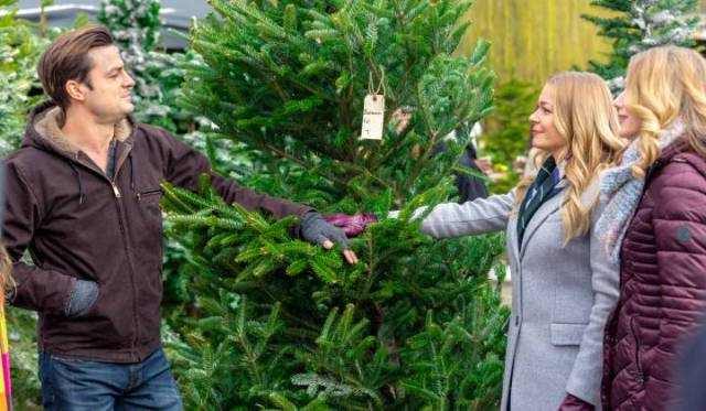 LeAnn Rimes co-stars in It's Christmas, Eve