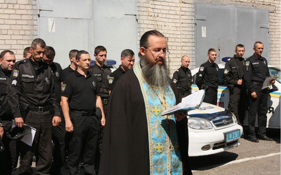 Той самий священник тепер благословляє вже українську поліцію. Де він щирий? - фото 58439