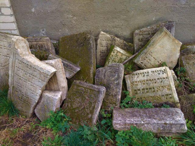 Традиційно всі написи на юдейських надгробках робили івритом, хоча подекуди зустрічаються вставки польською або німецькою, а також російською – залежно від історичного контексту. - фото 64301