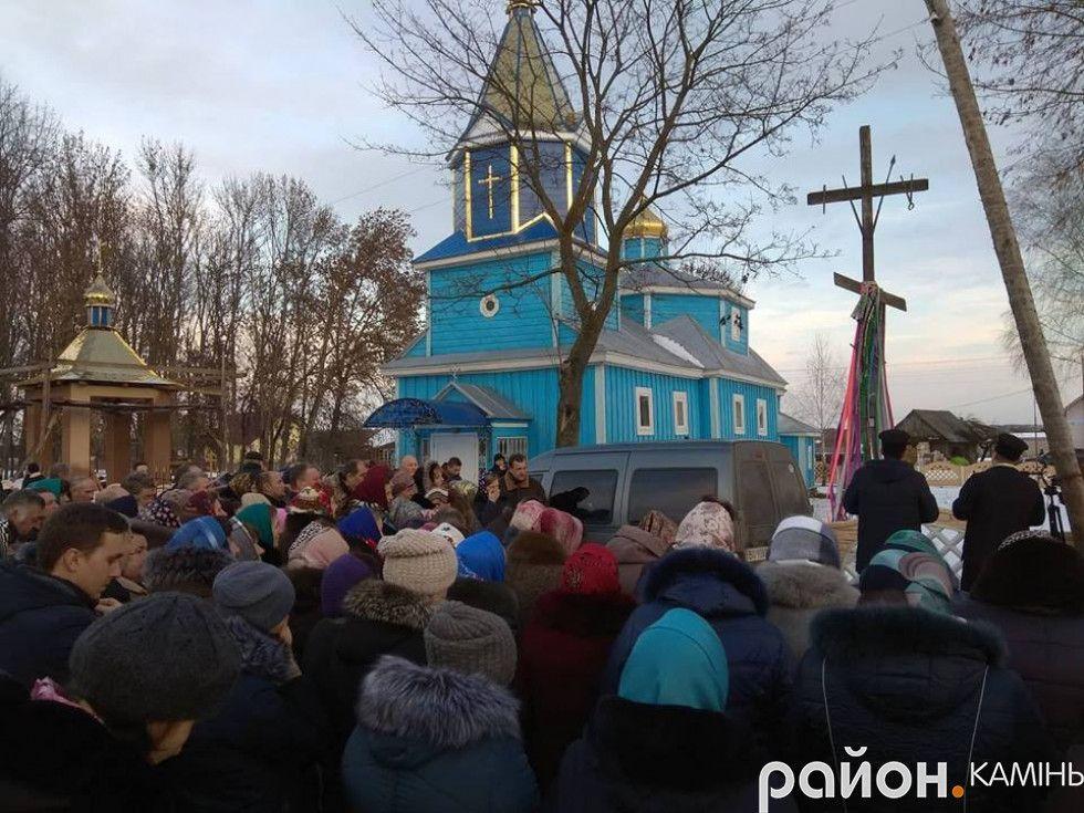 У Брониці на Волині люди проголосували на вулиці за перехід в ПЦУ, поки священики МП закрилися в церкві - фото 66419