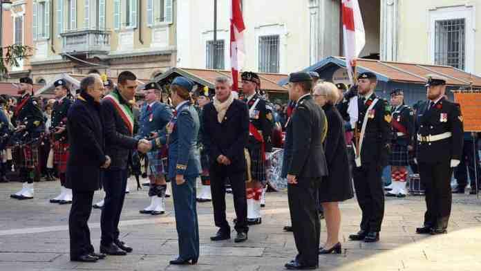 Stretta di mano del sindaco e del Prefetto con la governatrice generale del Canada, Julie Payette