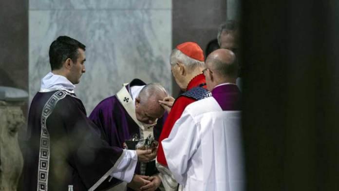 Papa Francesco riceve le ceneri (Foto Siciliani-Gennari/SIR)