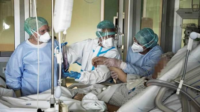 Operatori sanitari assistono un malato