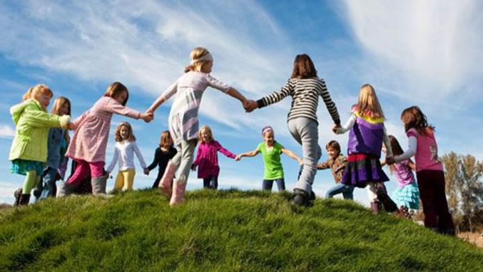Bambini giocano in cerchio