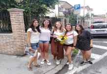 Elisabetta con alcune amiche dopo l'esame di maturità