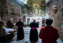 La preghiera nella Santa Casa in occasione del pellegrinaggioLa preghiera nella Santa Casa in occasione del pellegrinaggio