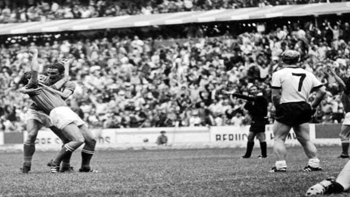 Riva abbraccia Rivera dopo il gol del 4-3