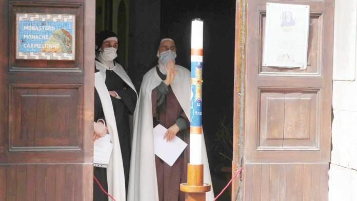 L'addio delle monache carmelitane alla sorella sr. Maddalena, morta di Covid