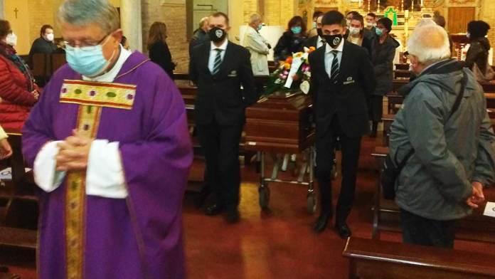 Il momento finale dei funerali di Giacomo Baldi