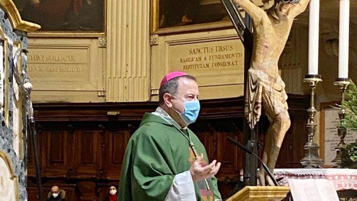 L'arcivescovo Lorenzo durante una Messa in Duomo