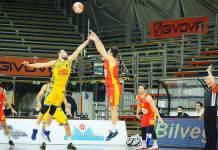Cinciarini scaglia un tiro da tre punti durante la gara a Scafati
