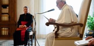 Papa Francesco durante una udienza