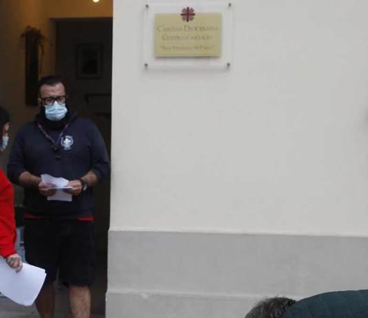 Enrico Manganelli all'uscita del Centro di Ascolto Caritas per la distribuzione viveri