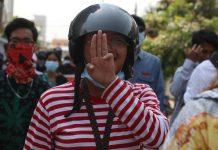 La protesta di una giovane birmana