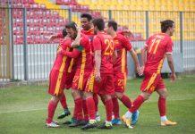 L'esultanza dei giocatori del Ravenna dopo un gol nel derby. Foto Filippo Venturi