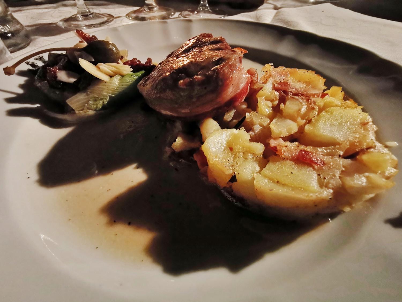 Filetto di maiale bardato al guanciale, tortino di patate, scarola ripassata