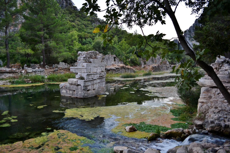 Le rovine di Olympos affiorano dalle acque del fiume