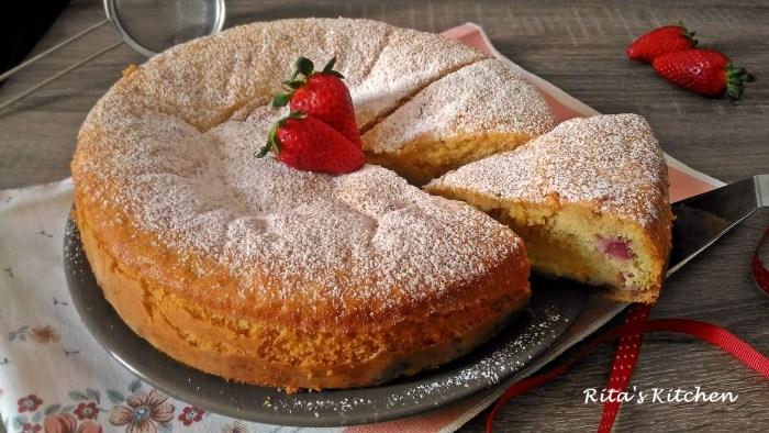 torta nua con crema e fragole