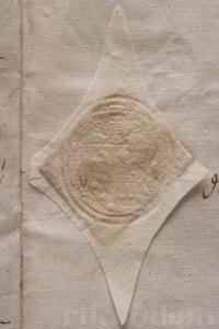 Segell lacrat que es fa aplicant lacre calent sobre el paper, incorporant un segon paper sobre aquest, i pressionant –calenta i fosa encara la laca– amb un tampó metàl·lic. Un cop freda, resta sòlida i rígida.