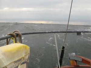 Welle, die auf das Heck von Rith zuläuft