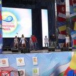 eine Tanzgruppe tanzt eine Choreographie zu Technomusik