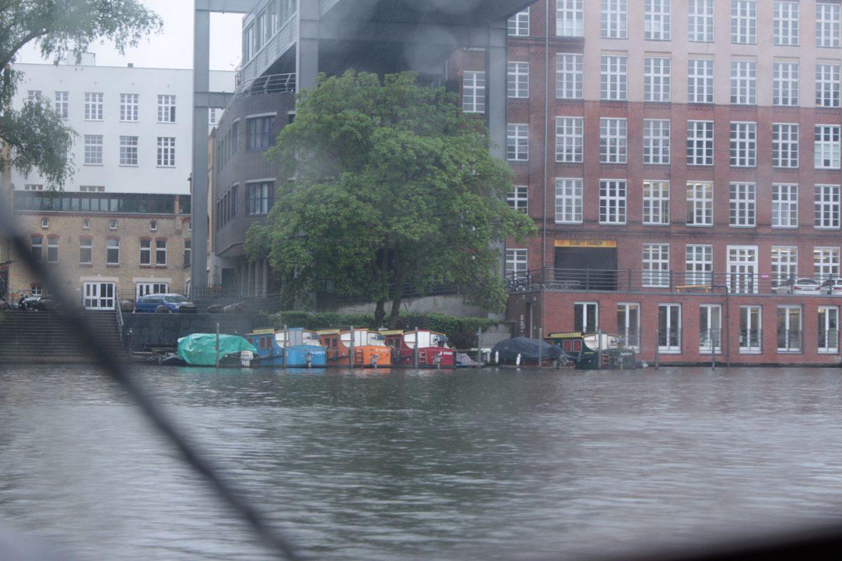 in Kreuzberg liegen kleine, bunte Boote am Ufer. Kleine Farbflecke in dem grauen Morgen.