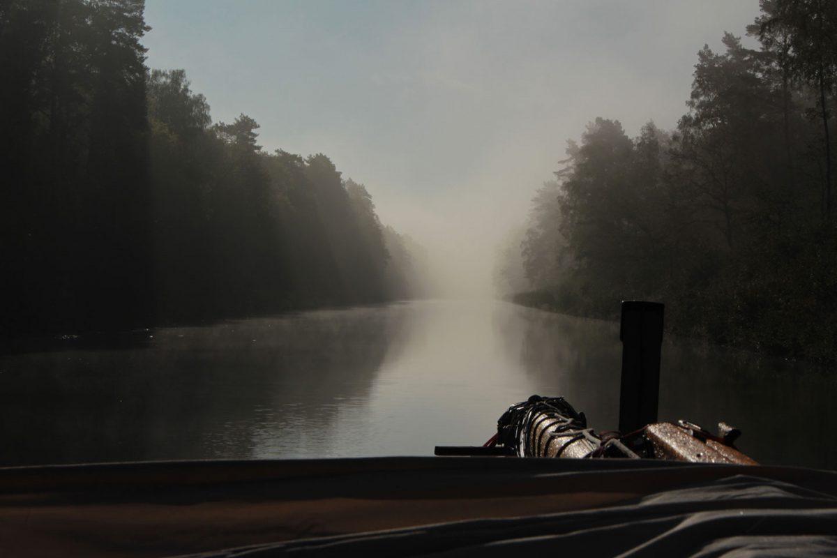 die Oder-Havel-Wasserstraße am frühen Morgen im Nebel
