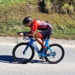 Atleta Daniel Fagundes praticando ciclismo de estrada