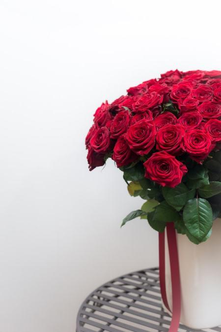 """Raudonos rožės """"Red Naomi"""" vazoje"""