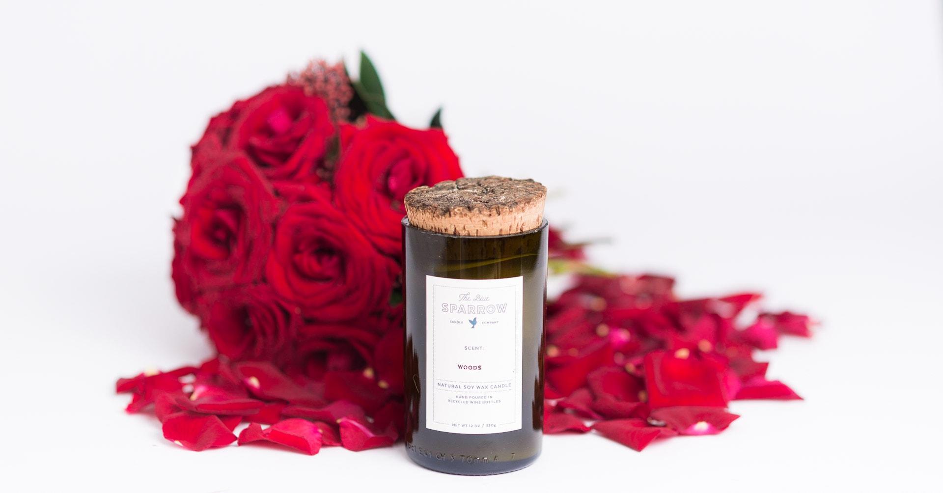 Dovana Valentino dienai - raudonų rožių puokštė ir aromatinė rankų darbo žvakė Blue Sparrow