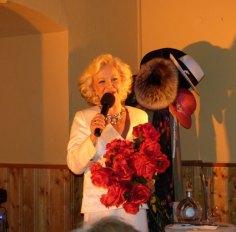 Dorit Gäbler mit Macki Messer und Roten Rosen