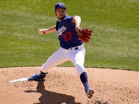 다저스의 트레버 바우어가 눈을 감고 스프링 트레이닝에서 셧아웃 공을 던진다