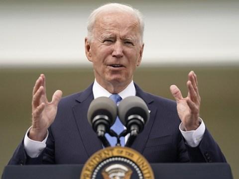 Biden melepas topeng di dalam ruangan dan mengatakan 'Hari ini adalah hari yang menyenangkan'