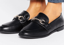 chez ASOS : http://www.asos.fr/new-look/new-look-mocassins-a-boucle/prd/7331746?iid=7331746&clr=Noir&cid=4172&pgesize=36&pge=0&totalstyles=1726&gridsize=3&gridrow=2&gridcolumn=2