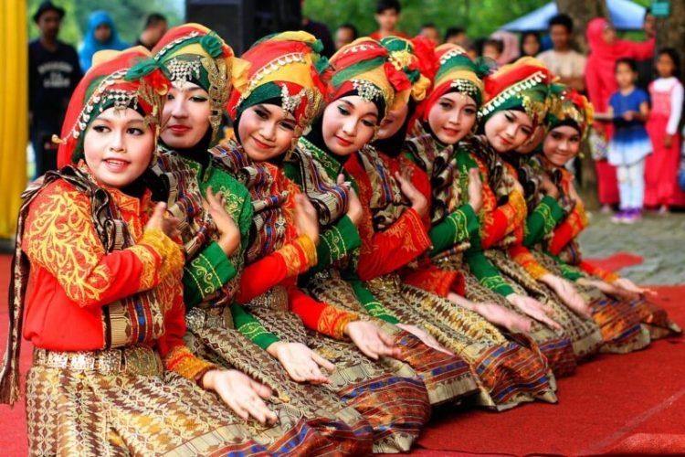 Gambar penari saman dengan kostum ciri khas