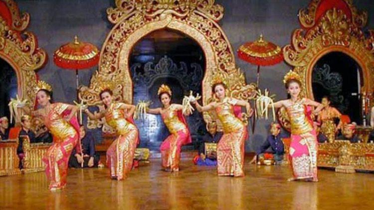 Gambar penari pendet yang sedang menari